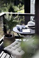 Bereit-fur-den-Fruhling_-Tipps-und-Tricks-zum-Einrichten-deines-kleinen-Mini-Balkons_-Gestalte-dir-deine-kleine-Freiluft-Oase-mit-Liivs-Balcony-Style-Guide