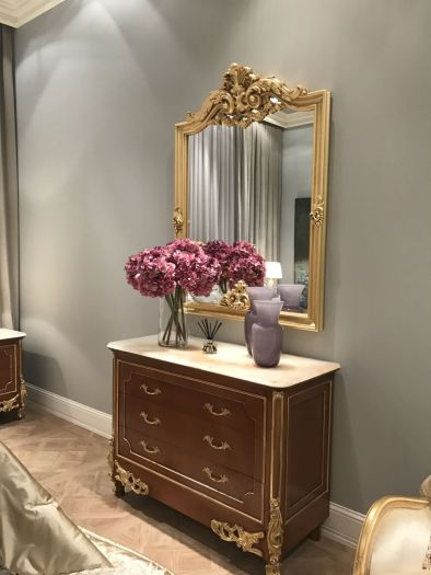 Baroque-mirror-and-sideboard-with-drawers-flowers-on-top