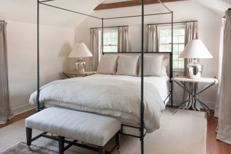 Canopy-bed-colonial-style-decor