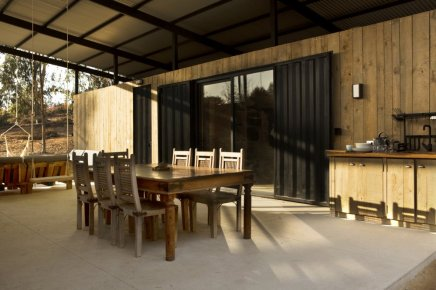 Container-House-by-Plannea-Arquitectura-Constanza-Dominguez-C.-open-air-dining-area