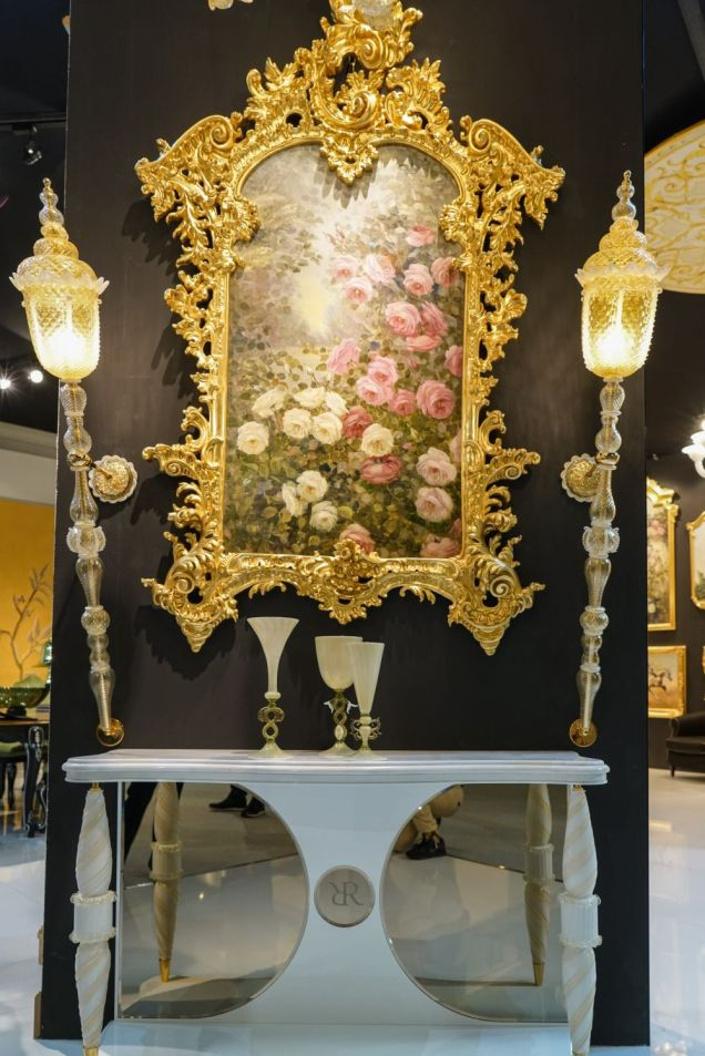 Decorating-the-entryway-with-a-rococo-mirror-and-wall-lamps