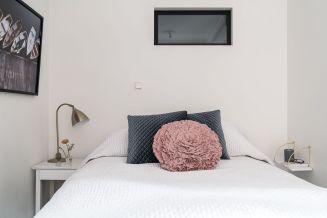 Small-minimalist-scandinavian-bedroom