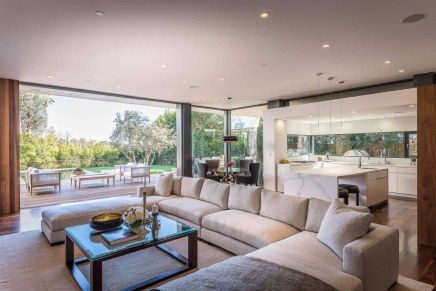Villa-architectural-details-in-Pacific-Palisades-open-space