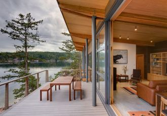 large-windows-view-over-the-lake