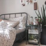 a-small-aquarium-under-the-nightstannd-is-a-lovely-and-cool-touch-of-nature-for-your-bedroom