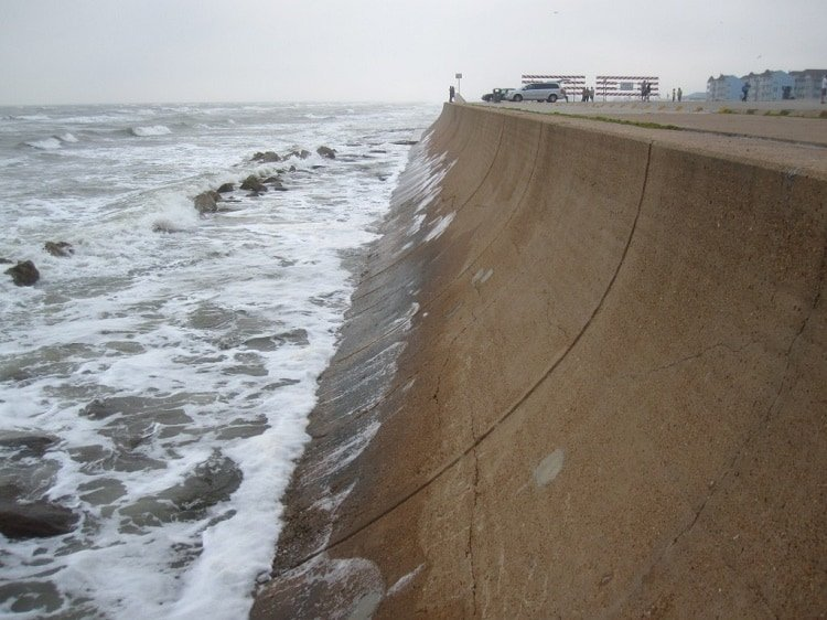 Curved face seawall