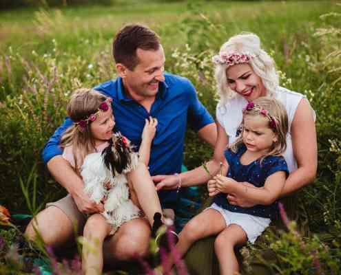 család a fúben ül egy kutyával