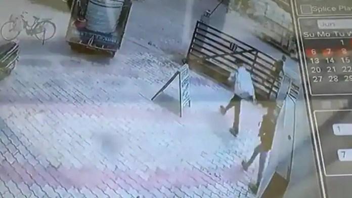 बिहार में हथियारबंद लोगों ने दिनदहाड़े बैंक लूटा, 1.19 करोड़ रुपये लूटे - कैम पर पकड़ा गया