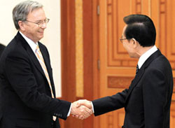 Google executive chairman Eric Schmidt (left) shakes hands with President Lee Myung-bak during his visit to Cheong Wa Dae on Monday. /Courtesy of Cheong Wa Dae