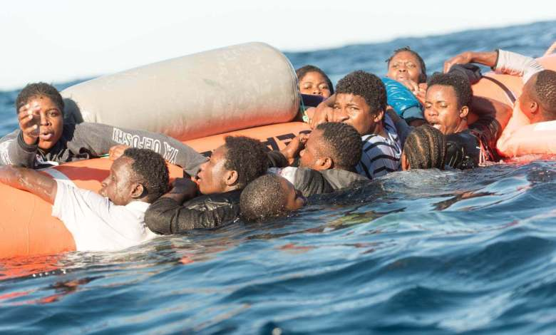 Migrantes se agarran a unos flotadores antes de ser rescatados en el Mediterráneo en enero de 2018. picture alliance picture alliance via Getty Images