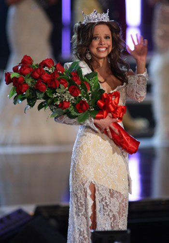 Miss Indiana being crowned Miss America 2009.