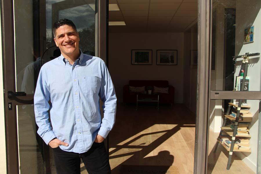Robert Haggart, fondateur de English For Life, devant la porte de ses locaux à Montpellier