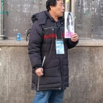 A vendor sells The Big Issue outside Kangnam Station. (PHOTO: An Ah-hyun)