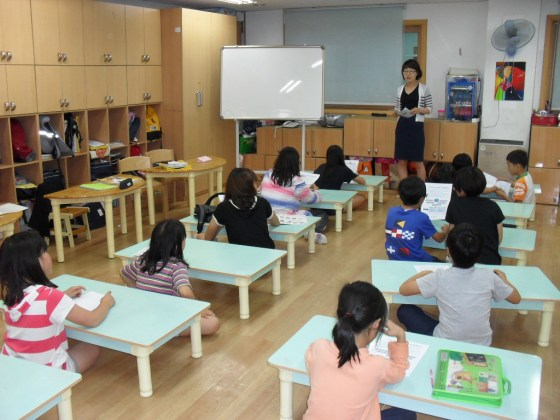 Lee Su-hyun teaches at class at Kangnam Social Welfare Center.