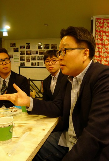 Prof. Seo Kyoung-duk chats with attendees of Culture Date, a monthly meeting with influential figures. (PHOTO: Lee Su-hyun)