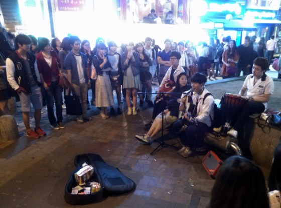 High school students perform in Hongdae (PHOTO: Aya Zhuma)