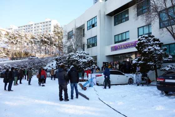 "Using students as extras, a KBS production crew shoots a scene for the popular drama ""My Daughter Seo Young"" (? ? ???) PHOTO: Charles Ian Chun"