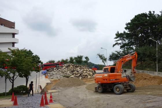 Construction in front of Cheon-eun Hall (Photo: Charles Ian Chun)