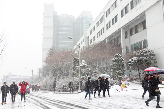 Students pass through a heavy snow storm as they make their way to Kangnam University's afternoon Chapel service. (Photo: Charles Ian Chun)
