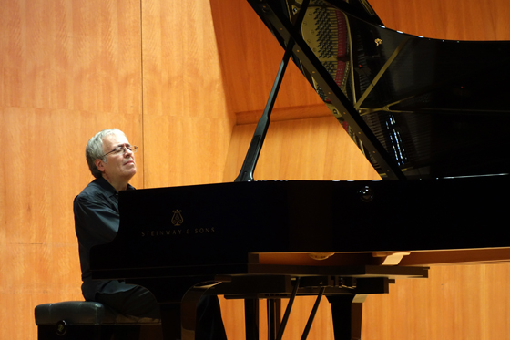 Kangnam University German School of Music Weimar professor Andre Boainain performs Mozart, Schubert, and Prokofiev at Kumho Art Hall, Seoul, 28 October 2013 (Photo: Charles Ian Chun)