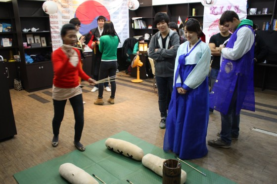 Playing tuho at the Korean Culture Cafe