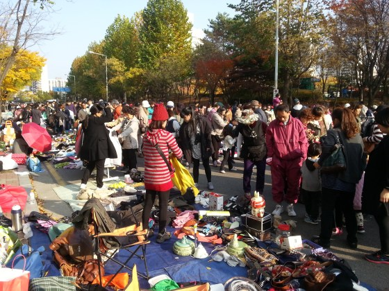A bustling scene at Anyang Flea Market (PHOTO: Lee Su-hyun)