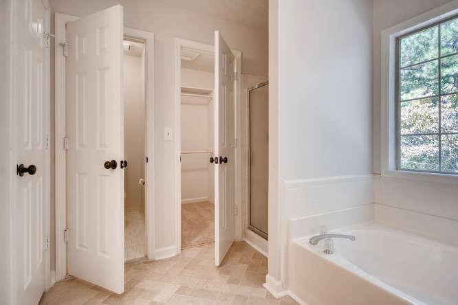 547 Ravinia Way Lawrenceville-small-028-35-2nd Floor Master Bathroom-666x445-72dpi