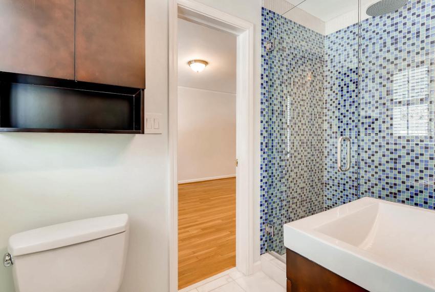 2103 Continental Drive Atlanta-large-038-31-Jack and Jill Bathroom-1499x1000-72dpi