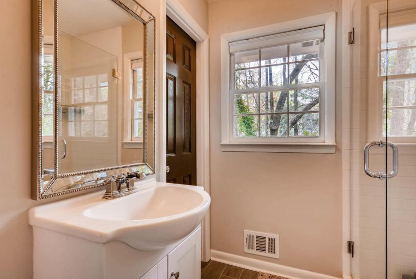 2048 Zelda Dr NE Atlanta GA-large-022-45-Master Bathroom-1499x1000-72dpi