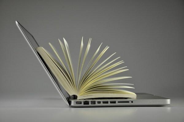 Лаптоп с книга
