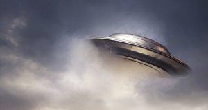 VIDEO: Pilot v oblacích prý natočil záhadný objekt