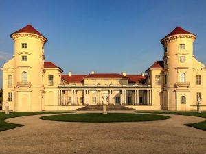 Koronavirus uvěznil orchestr na zámku. Hudebníci tam prý žijí s duchem panovníka