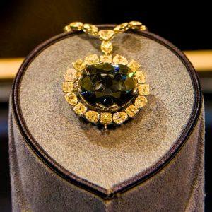 Diamant Naděje: Je nejdražší šperk na světě prokletý?
