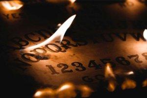 Experimentovala s tabulkou Ouija. Ta měla ženě předpovědět smrt princezny Diany