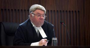 Muž obviněný z domácího násilí je nevinný, dívku týral démon, rozhodl soud