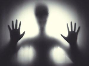 Tajemné stíny v ložnici: Kdo postává u našich postelí?