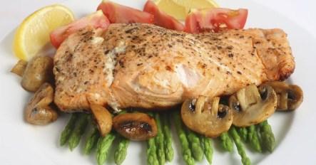 Salmón con camita de verduras a la plancha.
