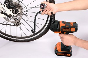 ブラックアンドデッカー-マルチツール-インフレーター-使用例-自転車タイヤ空気入れ