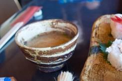 お味噌汁も陶器の器に