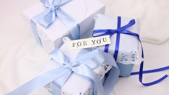 3つのプレゼントBOXと「FOR YOU」の文字の入ったカード