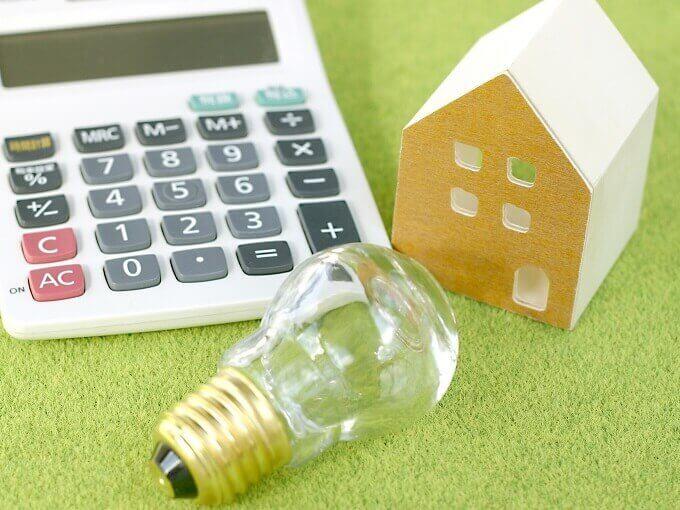電球と電卓とおもちゃの家