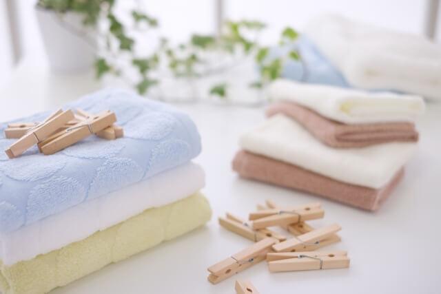 洗濯ばさみときれいなタオル