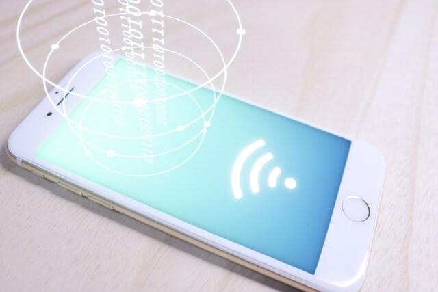 電波を発するスマートフォン