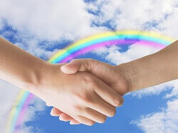握手する手と空に虹