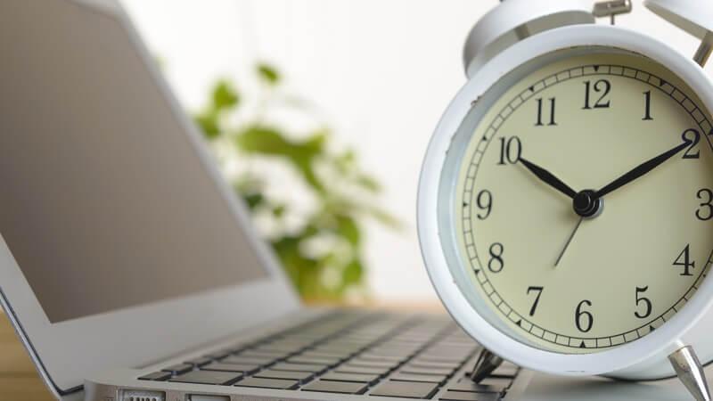 ノートパソコンと目覚まし時計