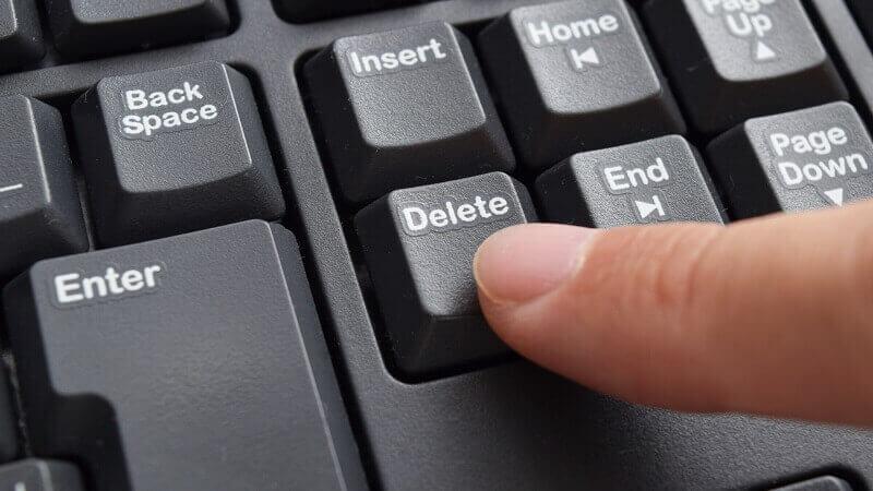 キーボードの「デリート」とそれを押す指