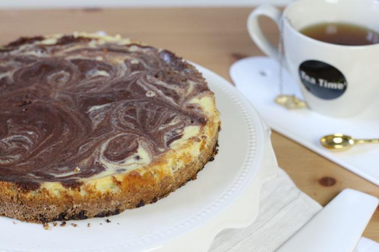 n cheesecake gourmand sans gluten avec un biscuit cookie aux pépites de chocolat recouvert d'une pâte cheese-cake marbrée