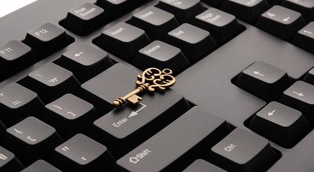 コンピューターのキーボードと鍵