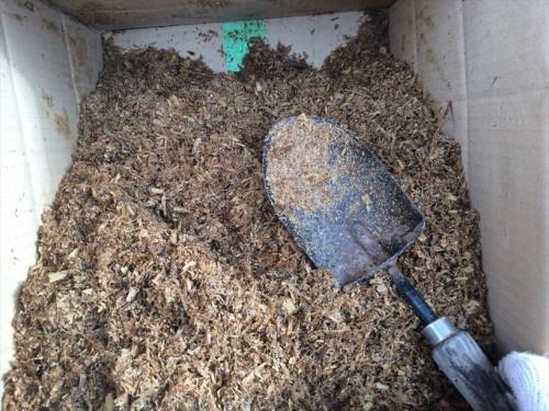 馬ふん堆肥を底からよく混ぜる