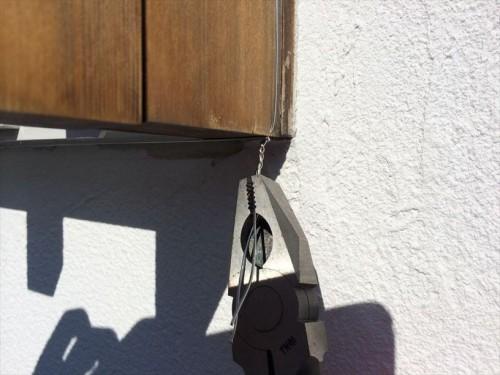 窓枠にワイヤーをしっかりとめる